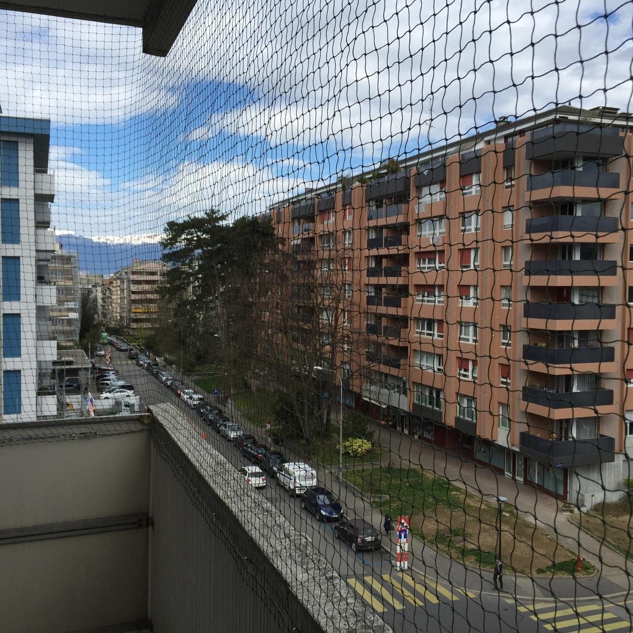 Filet de protection pour balcon vert.